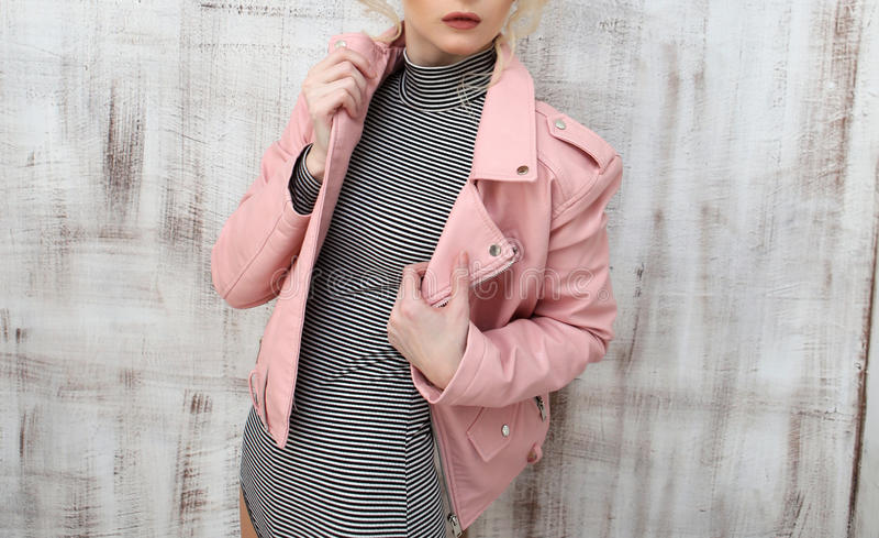 Het jonge witte Kaukasische meisje stellen in Studio in roze de lentejasje stock foto