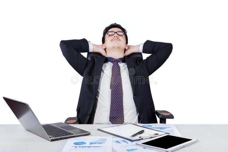 Het jonge zakenman ontspannen op bureaustoel stock foto