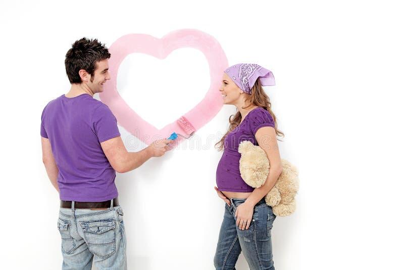 Het jonge zwangere paar schilderen royalty-vrije stock foto