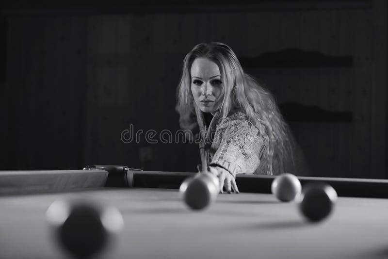 Het jonge zwart-witte biljart van het meisjesspel royalty-vrije stock afbeelding