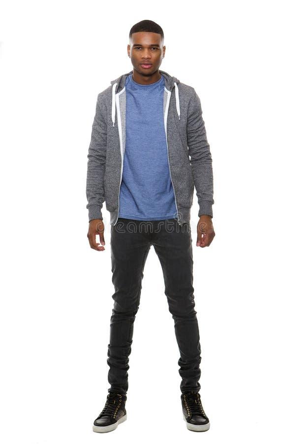 Het jonge zwarte mannelijke stellen in sweatshirt en jeans stock foto's