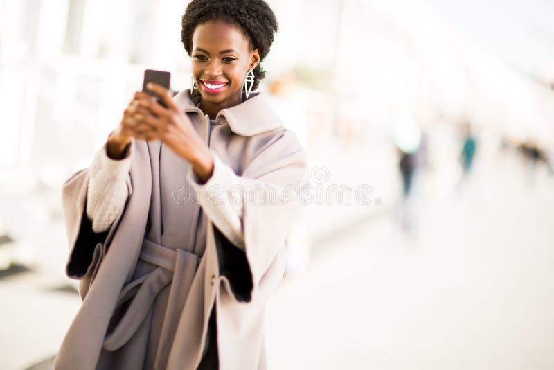 Het jonge zwarte openlucht nemen selfie stock foto