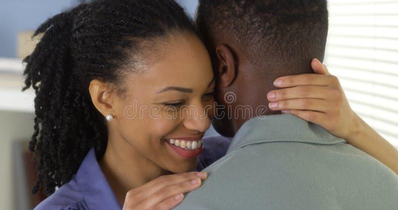 Het jonge zwarte paar omhelzen stock foto's