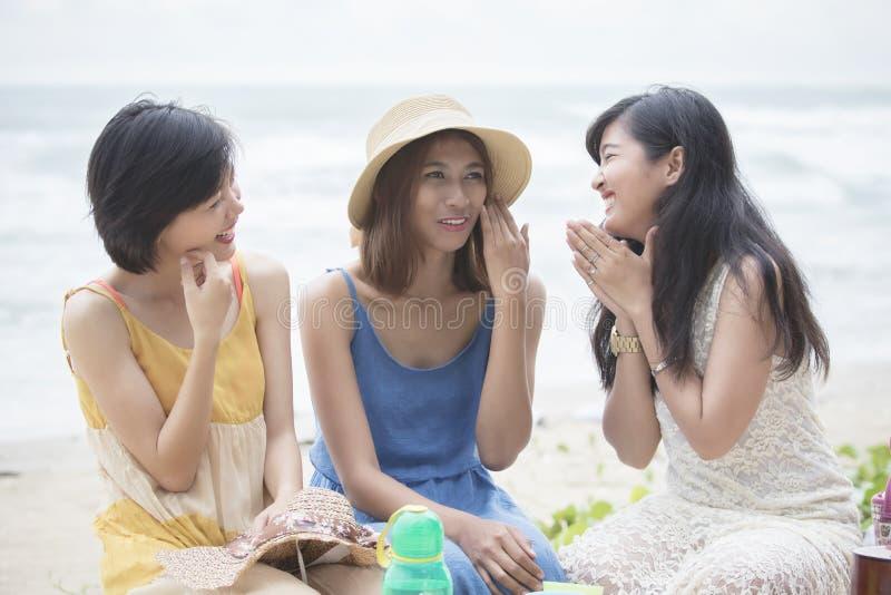Het jongere Aziatische vrouwenvriend ontspannen die met gelukemoti spreken stock fotografie