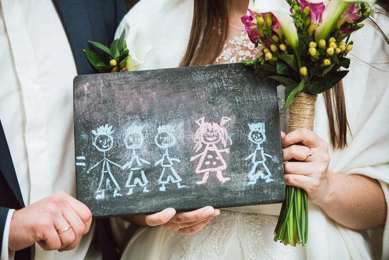 Het jonggehuwdepaar houdt in handenbeeld van hun toekomstige familie die zij hebben gedroomd van stock afbeeldingen