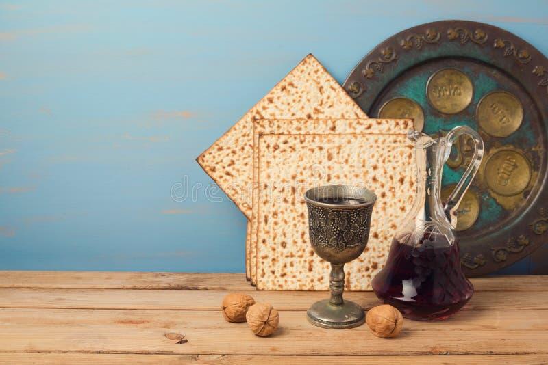 Het Joodse concept van de vakantiepascha met wijn, matza en seder plaat stock afbeeldingen