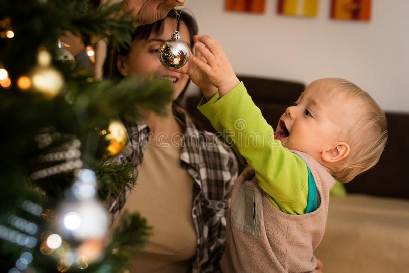 Het Joyous zoon spelen met zijn moeder binnen royalty-vrije stock afbeelding
