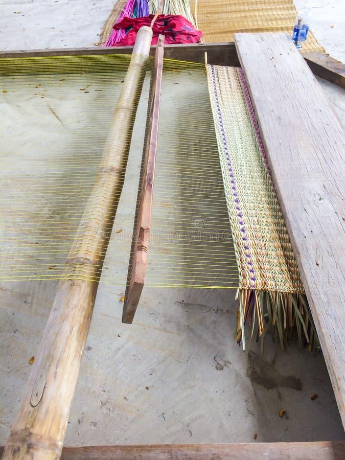 Het juiste materiaal voor geweven traditionele matten gemaakt van stevig hout is product met de hand gemaakt in platteland van Th royalty-vrije stock afbeeldingen