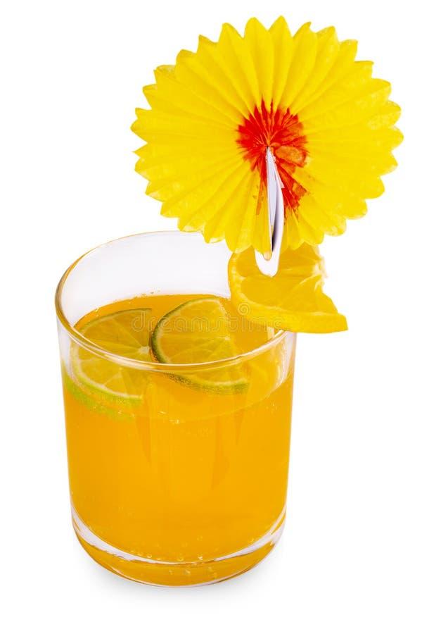 Het Jus d'orangeglas met plakken van kalk en sinaasappel, op witte achtergrond worden geïsoleerd die stock afbeelding