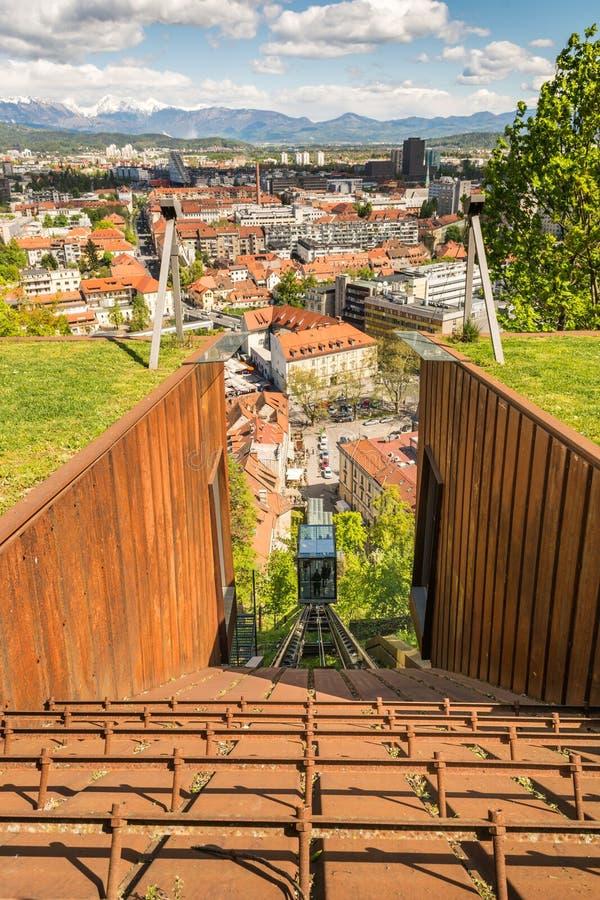 Het kabel dalen met panorama van een stad royalty-vrije stock foto