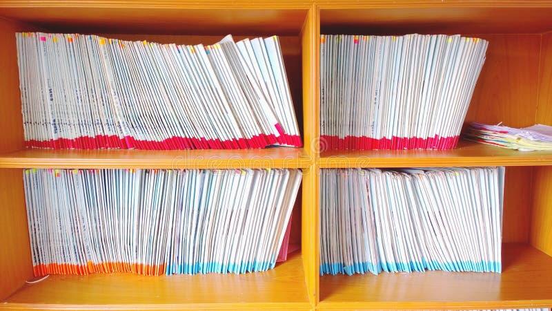 Het kabinet van de boekenrekachtergrond stock foto