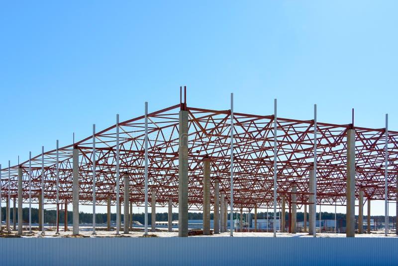 Het kader van het gebouw tijdens de bouw van een grote het pakhuislogistiek van de winkelcentrumopslag centreert stock foto