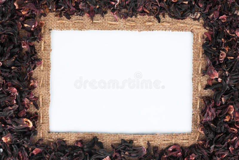 Het kader van jute met de lijn en de hibiscus wordt gemaakt ligt op wit dat royalty-vrije stock afbeeldingen