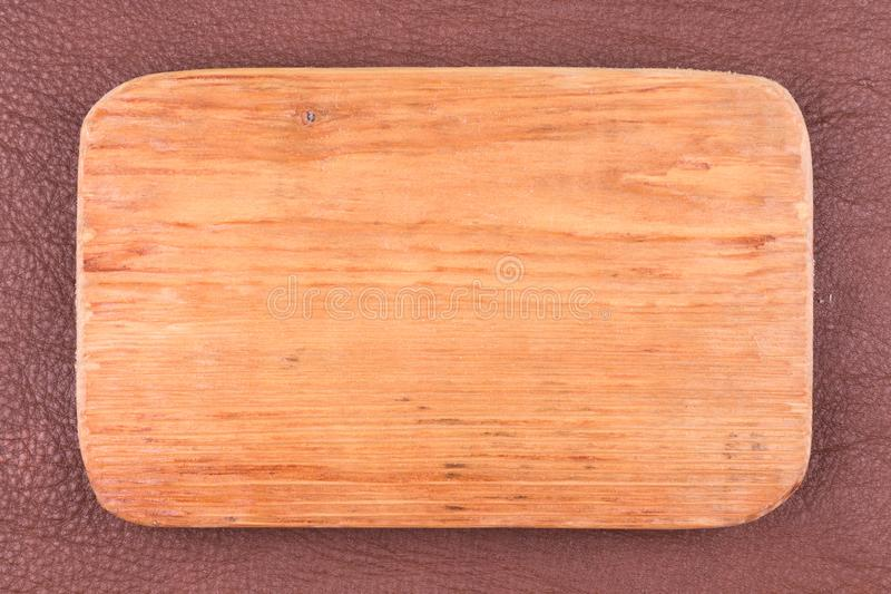 Het kader van plank wordt gemaakt ligt op donker bruin natuurlijk leer dat Textuur van een boom stock afbeeldingen