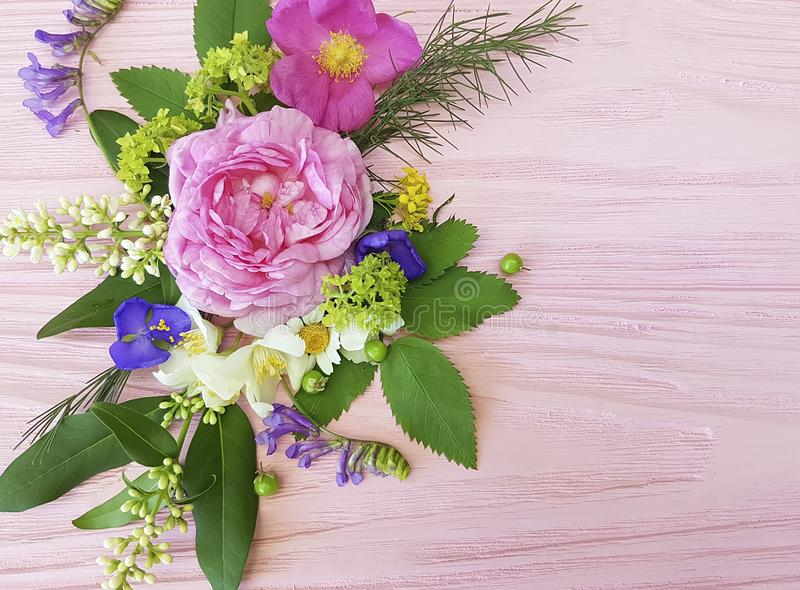 Het kaderontwerp van het rozen mooi boeket feestelijk op een roze houten jasmijn als achtergrond, magnolia stock afbeelding