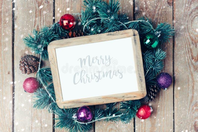 Het kaderspot van de Kerstmisfoto op malplaatje met decoratie stock afbeelding
