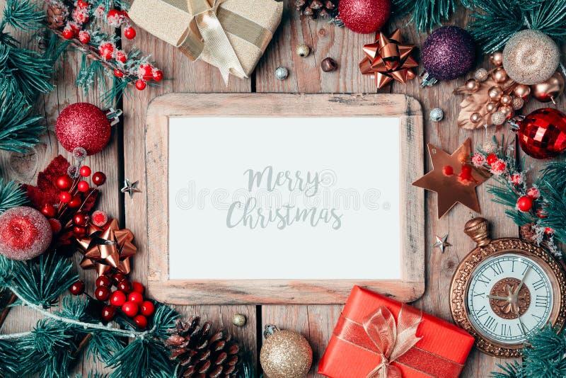 Het kaderspot van de Kerstmisfoto op malplaatje met decoratie op houten lijst stock fotografie