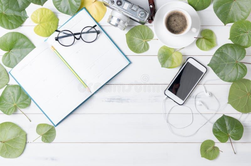 Het kalendernotitieboekje met hart vormde groene blad en koffie royalty-vrije stock fotografie