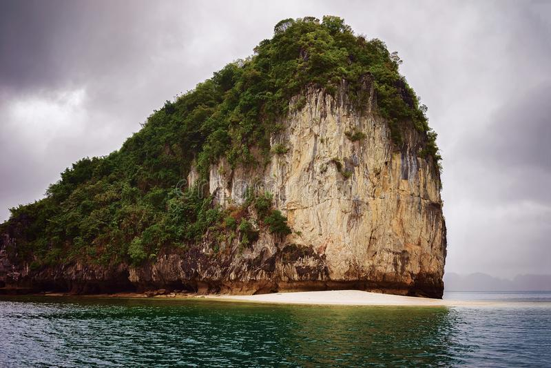 Het kalksteen schommelt de Lange Baai Vietnam van Ha stock fotografie