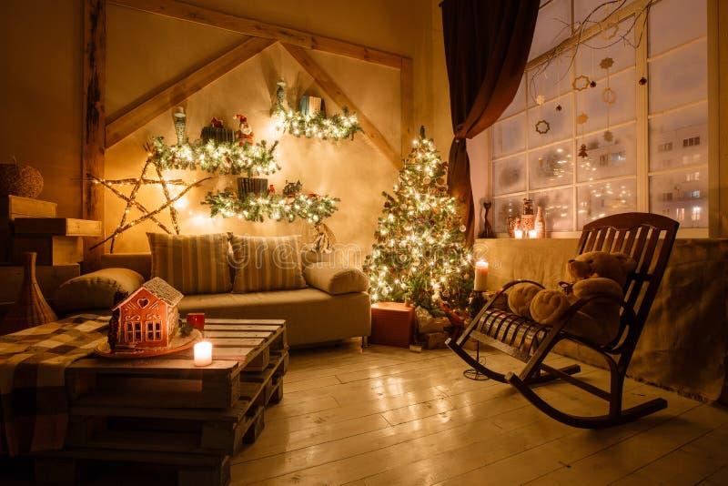 Het kalme beeld van binnenlandse moderne die huiswoonkamer verfraaide Kerstmisboom en giften, bank, lijst met deken wordt behande royalty-vrije stock afbeelding