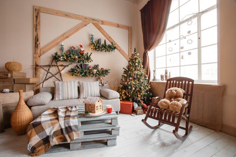 Het kalme beeld van binnenlandse moderne die huiswoonkamer verfraaide Kerstmisboom en giften, bank, lijst met deken wordt behande royalty-vrije stock foto's
