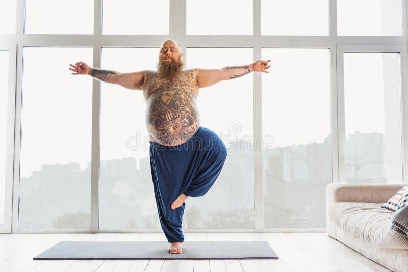 Het kalme vette mens ontspannen met meditatie stock afbeeldingen