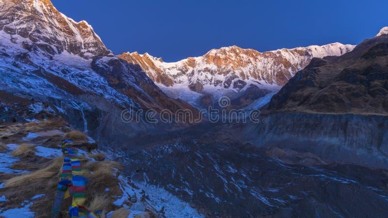 Het kamp van de Annapurnabasis in de ochtend tijdens zonsopgang royalty-vrije stock foto's