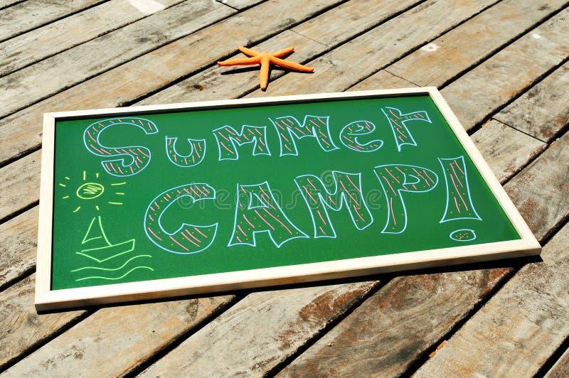 Het kamp van de tekstzomer in een bord wordt geschreven dat stock foto