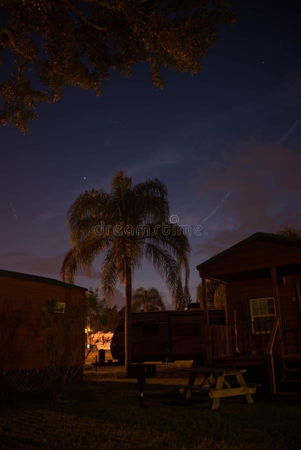 Het kampeerterrein van de nachtzomer stock foto