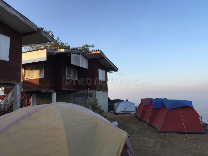 Het kamperen bij de hoogste mening stock afbeeldingen