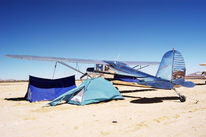 Het kamperen bij de luchthaven