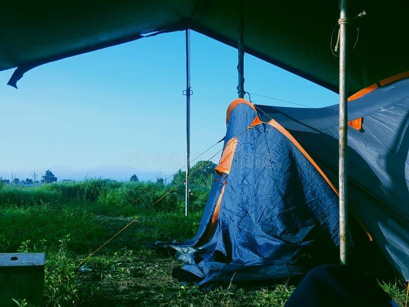 Het kamperen bij de rots stock fotografie