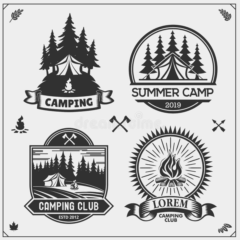 Het kamperen clubemblemen, kentekens en ontwerpelementen Retro reeks van het bos kamperen, openluchtavontuur en zwerflust royalty-vrije illustratie