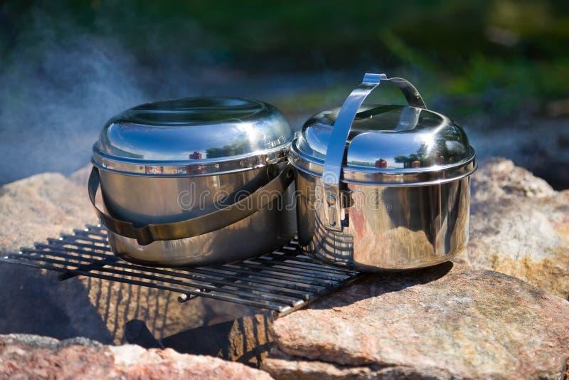 Het kamperen cookware stock afbeeldingen