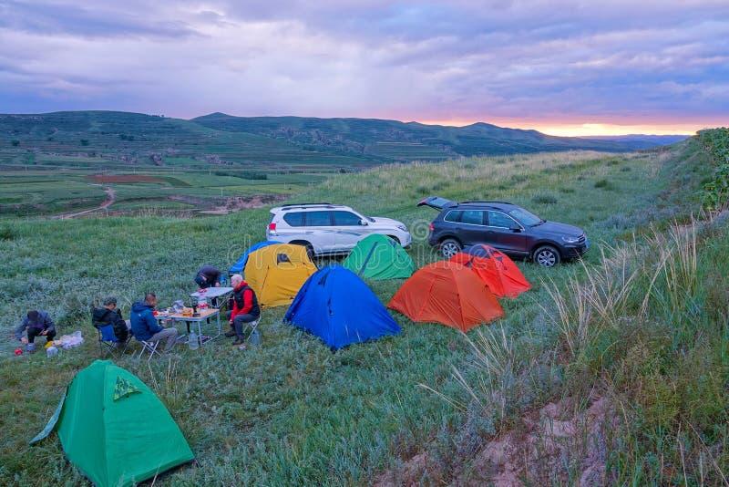 Het kamperen in de avond royalty-vrije stock foto's