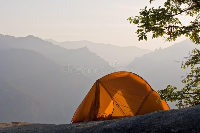 Het kamperen in de bergen royalty-vrije stock fotografie