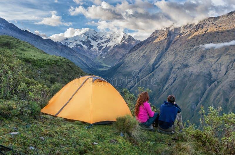 Het kamperen in de Peruviaanse Andes Salkantaytrekking peru stock fotografie