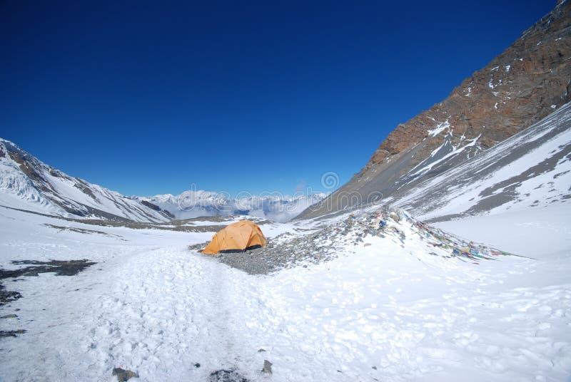 Het kamperen in de sneeuw royalty-vrije stock foto