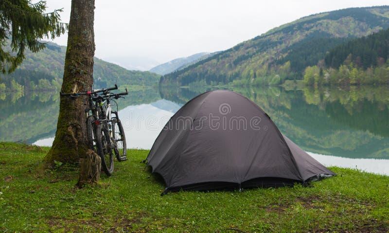 Het kamperen door een Meer stock afbeeldingen