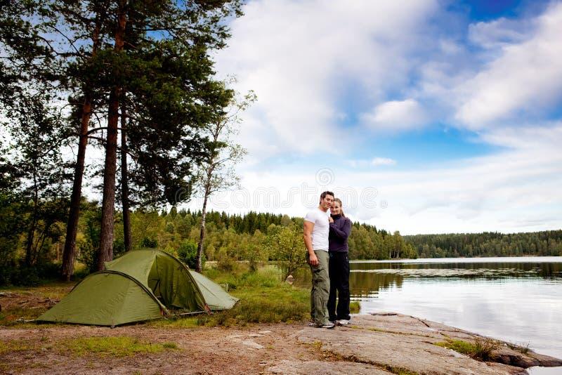 Het kamperen door Meer royalty-vrije stock foto