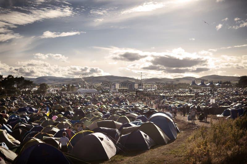 Het kamperen gebieden bij muziekfestival royalty-vrije stock afbeelding