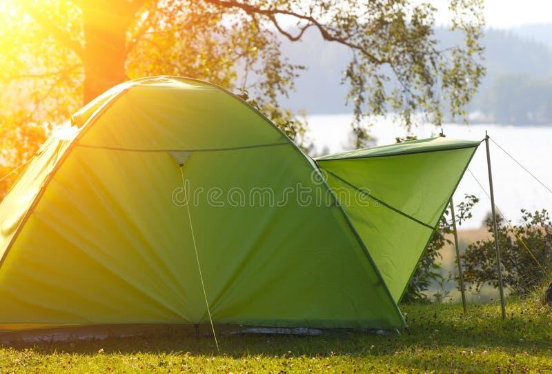 Het kamperen in het bos stock afbeeldingen