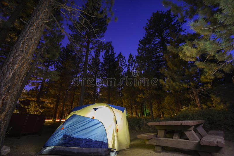 Het kamperen in het NIEUWE SCHADUWRIJKE RUST KAMPEERTERREIN royalty-vrije stock fotografie