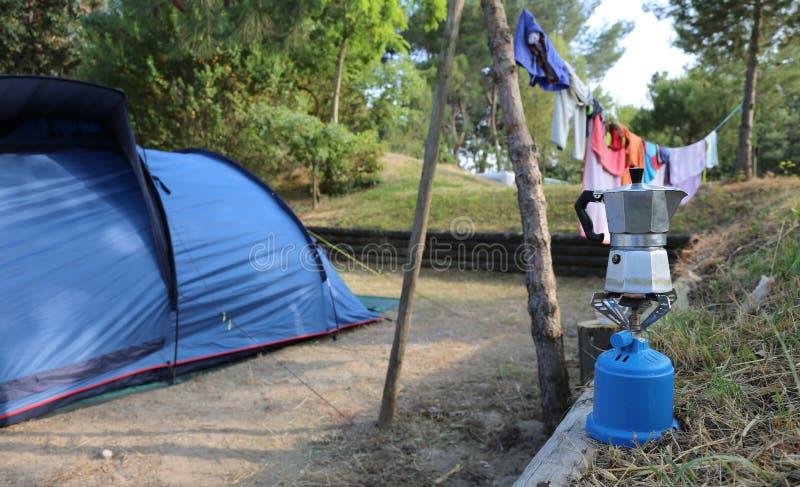 Het kamperen het leven met moka op het fornuis en de tent stock foto's