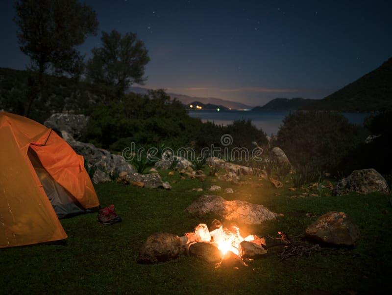 Het kamperen met brand royalty-vrije stock foto's