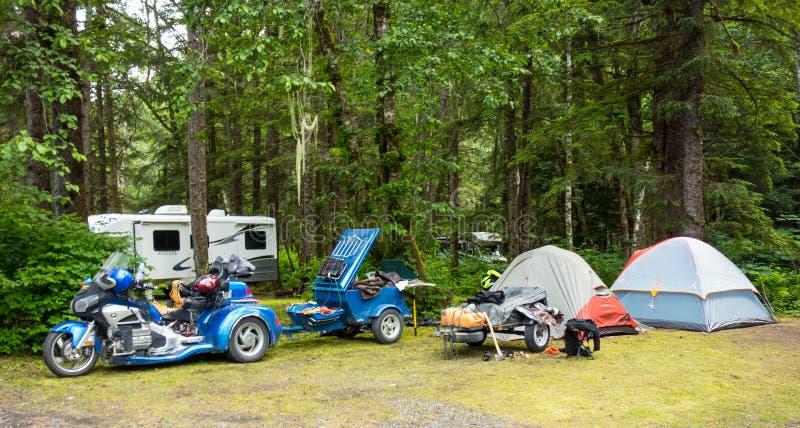 Het kamperen met motoren in de wildernis stock afbeeldingen