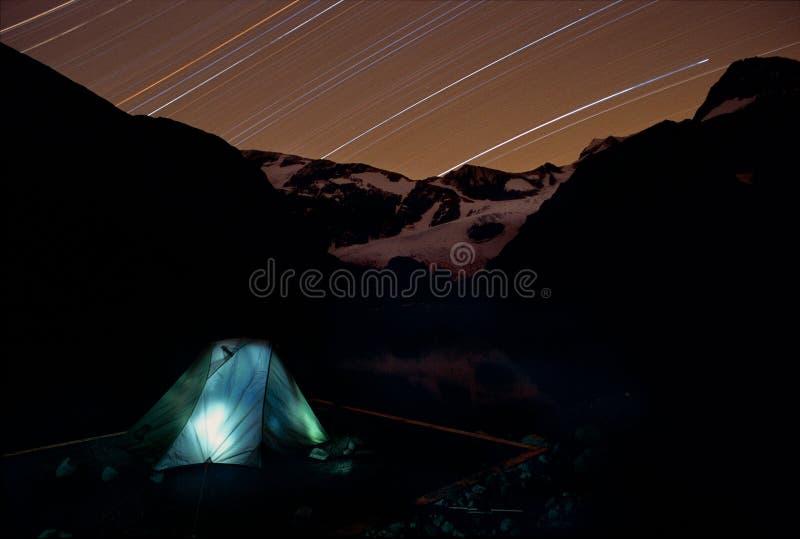Het kamperen onder ster royalty-vrije stock afbeeldingen