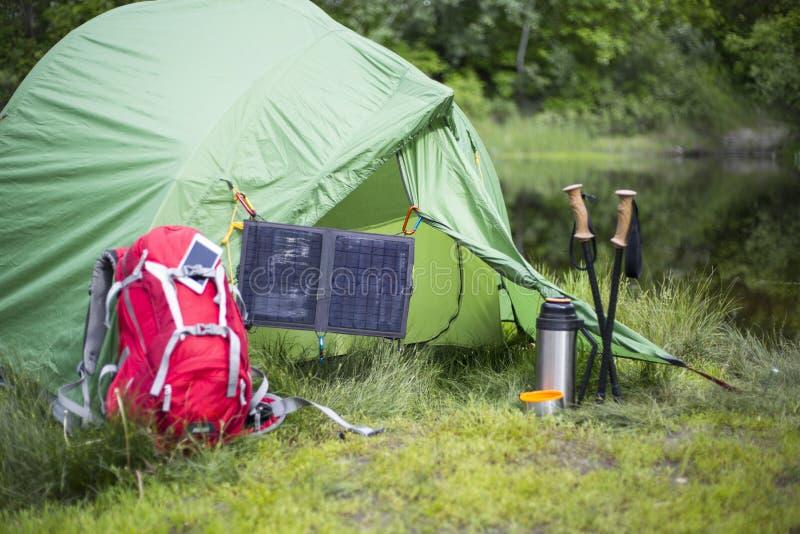 Het kamperen op de banken van de rivier royalty-vrije stock afbeelding