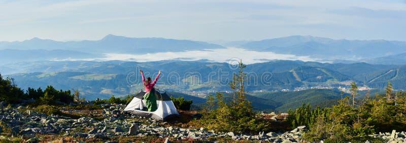 Het kamperen op de bovenkant van berg op heldere de zomerochtend royalty-vrije stock afbeelding