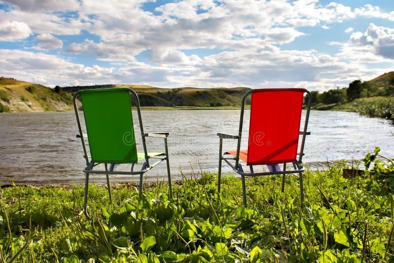 Het kamperen op de rivierbank royalty-vrije stock fotografie